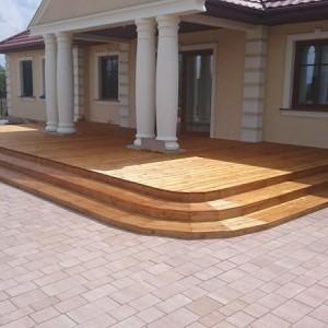 ułożona drewniana podłoga przed domem
